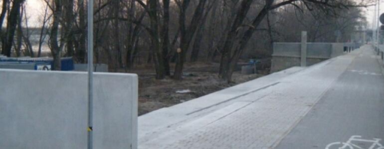 Na Wybrzeżu Szczecińskim duże zmiany. Rozsypujący się murek zniknął, zastąpiony nowym ogrodzeniem. Trwa budowa nowych schodów. Jest też nowa ścieżka asfaltowa. Czemu się tutaj urywa? Nie wiadomo...