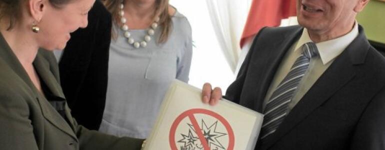 """fot.: <a href=""""http://warszawa.gazeta.pl/warszawa/1,34862,17825775,Zanieslismy_ministrowi_podpisy_przeciw_fajerwerkom.html"""" target=""""_blank"""">warszawa.gazeta.pl</a>"""