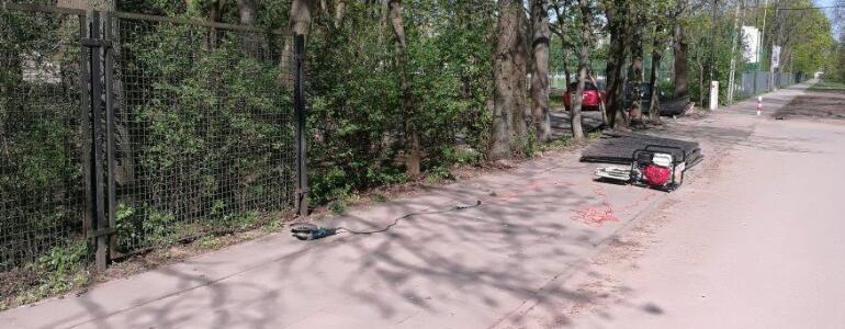 Prace przy demontażu ogrodzenia parku. fot. ZZW