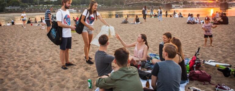 Edukatorzy na plaży miejskiej fot. Zuzanna Sosnowska