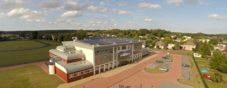 Instalacja fotowoltaiczna na dachu hali widowiskowo-sportowej w Karlinie
