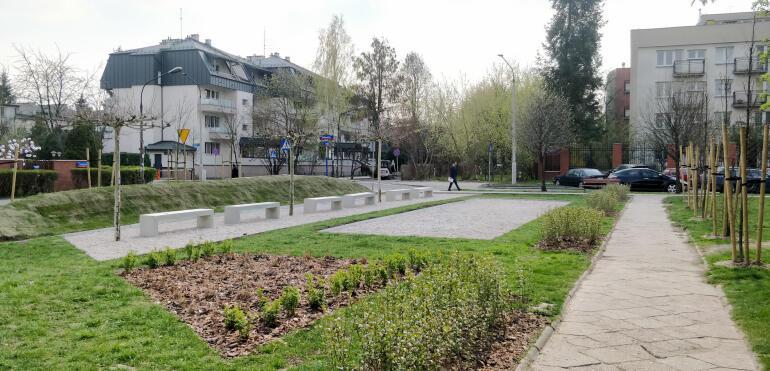 Skwer na rogu Lotaryńskiej i Brukselskiej: to tutaj odetchniesz wiosną i latem