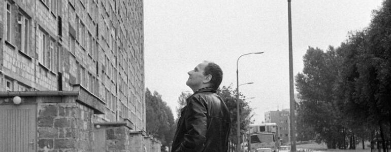 """Miron Białoszewski przed mrówkowcem przy ul. Lizbońskiej (TADEUSZ FREDRO-BONIECKI) / <a href=""""http://warszawa.wyborcza.pl/warszawa/51,150427,19748708.html?i=0"""">warszawa.wyboracza.pl</a>"""