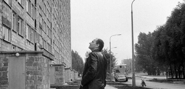 O rzeźbie Bąkowskiego w bloku Mirona Białoszewskiego i tablicy upamiętniającej Białoszewskiego