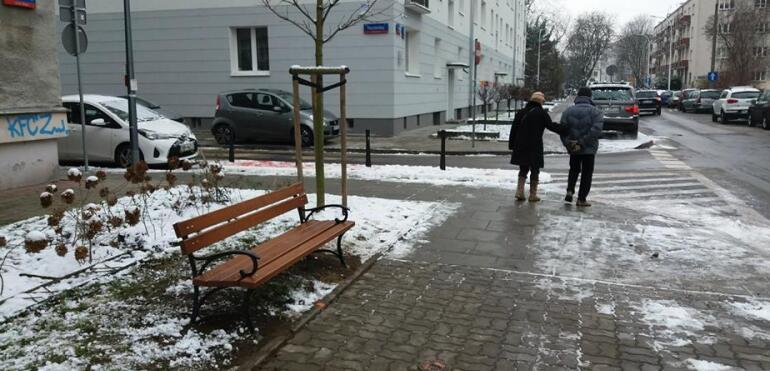 Na Saskiej Kępie pojawiły się nowe ławki. Mieszkańcy wybrali je w budżecie partycypacyjnym