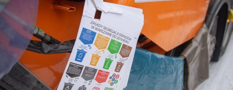 Operatorzy dostarczają mieszkańcom worki na zbieranie odpadów wraz z ulotką informacyjną